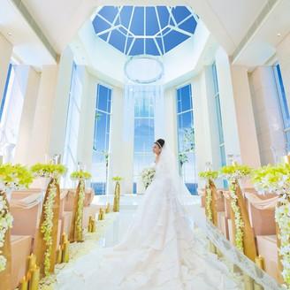 海を望むチャペル ドレスが美しく映える長さ15mの大理石のバージンロード