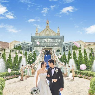 青空と大階段で過ごすアフターセレモニー。おふたりがゲストをお迎えする際には噴水が一気にでるサプライズ演出も人気