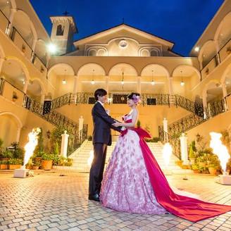 ライトアップの中執り行う、ナイトウエディングでは、花火演出なども人気です。 お二人だけのロマンティックなウエディングを叶えて。