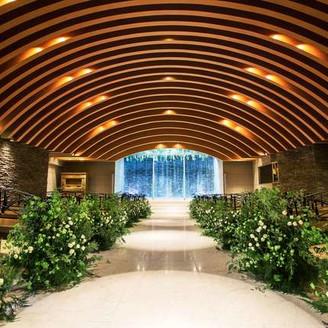水・光・樹など自然美に包まれたチャペル 聖壇前に流れる滝の水音がセレモニーを神秘的に演出する