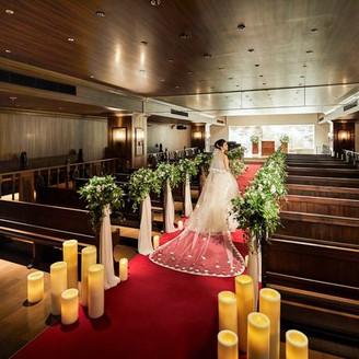 22mのロングバージンロードで前撮り撮影を。贅沢なほど広々とした空間には厳粛な雰囲気が漂い、祭壇奥の神聖な光が神秘的なシーンを演出してくれる。