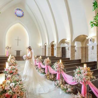 アーチ型天井で高さ10.5mの大聖堂チャペル。