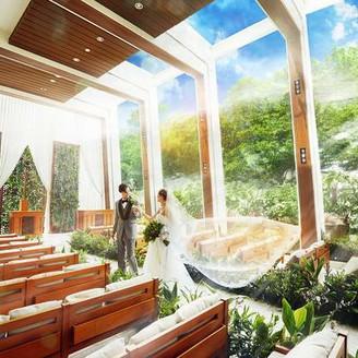 緑と光に包まれる最上階のリゾートチャペル