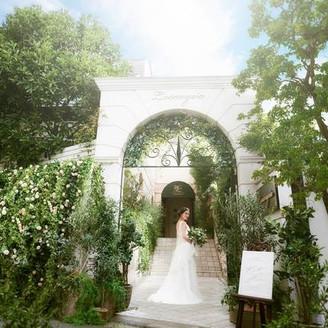広尾の街に佇む一軒家。溢れる緑に囲まれた白亜の邸宅を貸切にして幸せの一日を