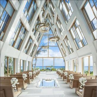三角屋根の「美らの教会」 幾重もの輝きに包まれる琉球ガラスのシャンデリア