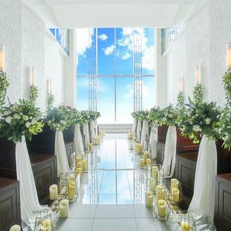 地上60mのスカイチャペル。一面窓からは自然光がたっぷりと降り注ぐ開放的な空間
