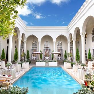 プールを囲む白亜の大豪邸を貸切にして叶える特別なウェディング
