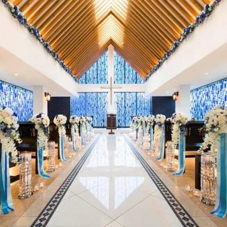 真っ青な青が印象的な青のチャペル「ラポールブリュ」。天井の木目からはそそがれる柔らかな光が優しくみんなを包み込み、アットホーム且つ幻想的な挙式が叶う。昼と夜とで変わる趣の変化も◎