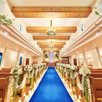 世界遺産モン・サン・ミッシェル ペールジョエル氏に認定された神奈川県唯一のチャペル『サント・セシル』 小高い丘にある木の温もり溢れる教会をイメージ バージンロードと十字架の深い青が印象的に・・・