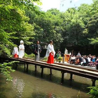 神前結婚式は橋から登場する三進の儀から始まります。 巫女に伴われながら、厳粛に入場するシーンは 列席のゲストの皆様も厳かな雰囲気に包まれます。