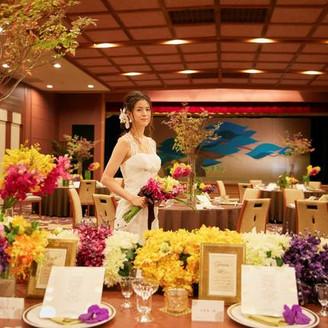 和モダンな会場がドレス姿の花嫁を際立たせます