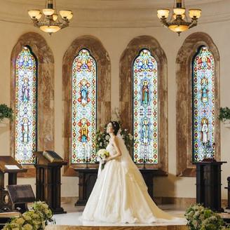 ステンドグラスが花嫁を一層輝かせます
