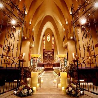 150年以上前に作られたステンドグラスやアンティークの調度品が、クラシカルな空間を際立たせる大聖堂