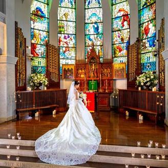 柔らかな光が降り注ぐステンドグラスが印象的な大聖堂で叶える結婚式は特別な一日を演出してくれる♪