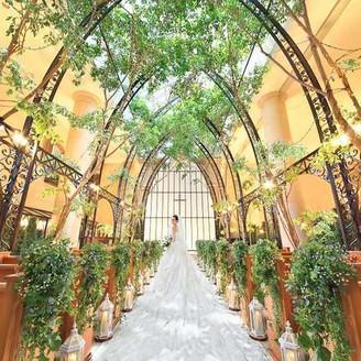 アトリウムチャペル「ルミネール」 幸せの木ベンジャミンの緑と高さ15Mの天窓からさす木漏れ日に包まれた誰もが自然体でいられる空間。全天候型で暑さ寒さにも左右されずゲストも安心