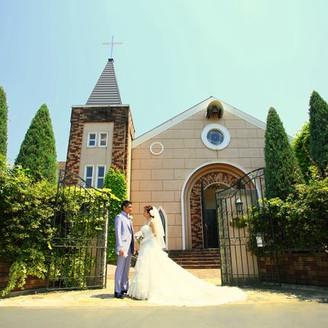 映画のワンシーンに出てくるような教会での結婚式を。