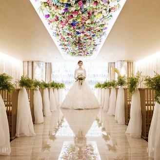 ベージュ色の世界に咲き誇る花・・・印象的なチャペル