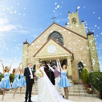 開放的なオープンエアに輝く太陽と青い空にローズの花びらが舞い上がる