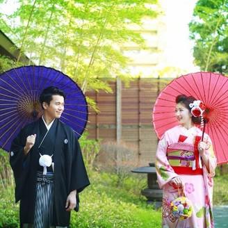 和装が映える日本庭園