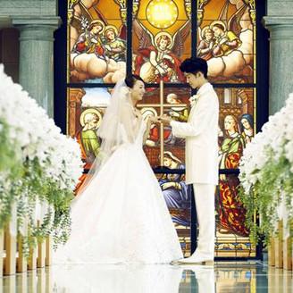 """一世紀以上の歴史を刻むアンティークのステンドグラス""""アヴェマリア""""がおふたりを温かく見守ります。"""