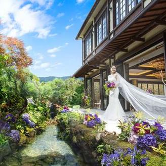 和の庭園でもウェディングドレスが華やかになります