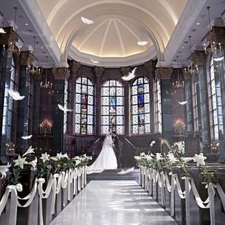 パイプオルガンとハープ・聖歌隊のアンサンブルで荘厳な教会式を