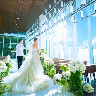 最上階の「ザ アクア」は、2面に大きな窓が開け、緑と青空、大阪の街が特徴的な風景を描き出している