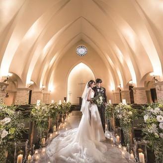 天井高10.5m、大理石バージンロードは14mの大聖堂。グランデオラシオンをぜひ一度体感してみて アンフェリシオンの挙式会場の写真