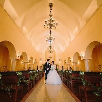 あえて窓のないつくりにしている教会 どんな天候の時も最高の状態での挙式が叶います。 バージンロードの意味合いにのっとった演出は、ぜひご体感を!