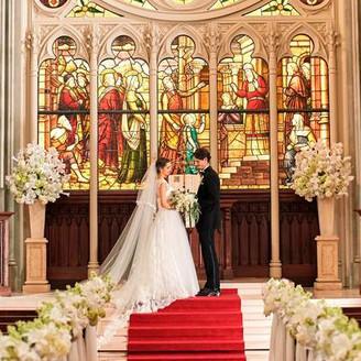 大聖堂のステンドグラスは1800年代から多くの人を見守り続けた本物。