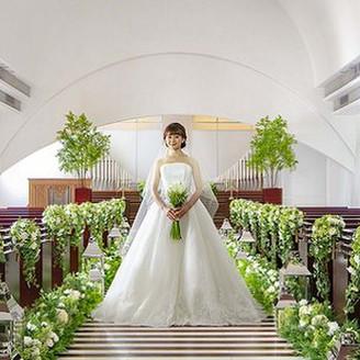 【Chapel Ange】ゆるやかにカーブを描く高い天井の大空間にパイプオルガンの音色と聖歌隊の歌声が響く