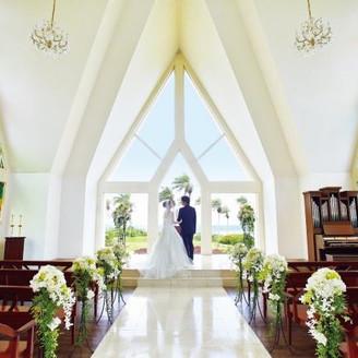 南国の大自然を表現したステンドグラスが輝く独立型チャペル