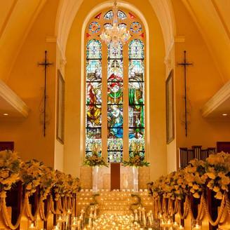 幸福の天使が舞い降りる 厳かで神秘的な教会