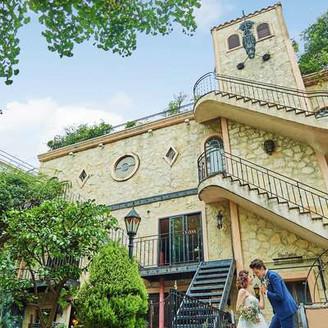 白金プラチナ通りの中で目を引く、古城のような外観。