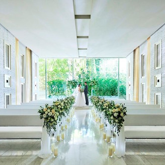 祭壇前からは自然光が差し込み、青々とした緑が素敵な空間を創りだす