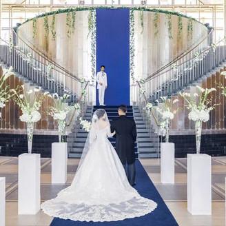 大階段とサファイヤブルーのバージンロードが印象的なチャペル「グランデュール」