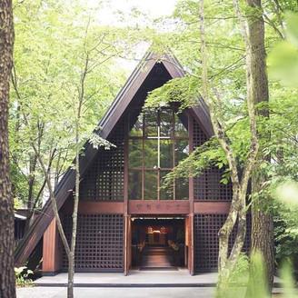 リゾートウエディング発祥の地・軽井沢を代表する歴史ある教会。90年以上もの間、幸せの歴史を育んできた。