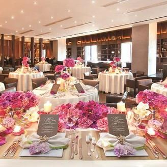 100名着席可能な広々とした開放感が有るバンケット。 お好みの装花でおふたりらしさを表現可能♪