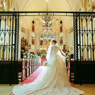 花嫁姿が美しくみえる深紅のバージンロード