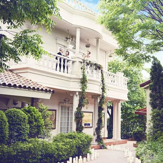 緑いっぱいのガーデンの使い方はおふたり次第で自由自在。1日1組の完全貸切の邸宅でお二人の想いをカタチに!!