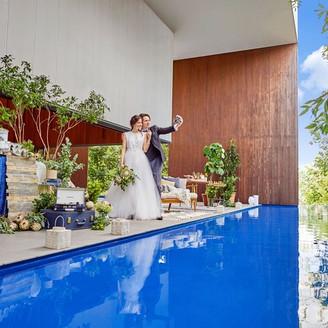 きらきらと水面が輝くテラスとプールがあるので、リゾートウエディングのような雰囲気に