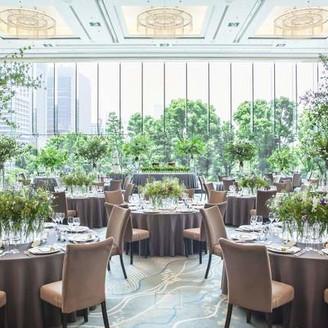 パレスホテル東京を代表するメインバンケット。「木」「水」「緑」がコンセプトの会場