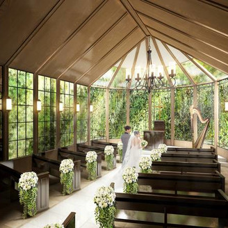 木の温かみを感じるアンティークな 趣が印象的なNEWチャペル。緑がふたりとゲストを優しく包みこみ、祭壇の上から降り注ぐ光がふたりを幸せな未来へ と導いてくれる。チャペルをはじめと するリニューアルの全貌は、ブライダ ルフェアで紹介!
