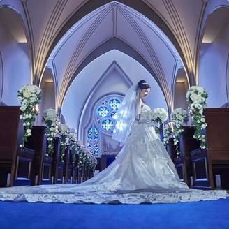ウエディングドレスが映えるロイヤルブルーのバージンロード