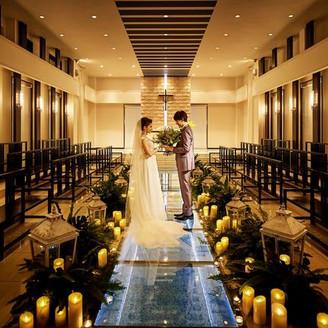 ガラスのバージンロード、対面式のゲスト席、幻想的な雰囲気の中の結婚式は大人気。
