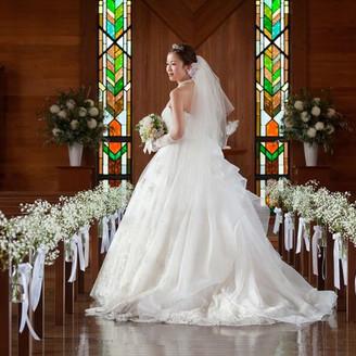 13メートルものバージンロードには、純白のウェディングドレスが美しく映えます。
