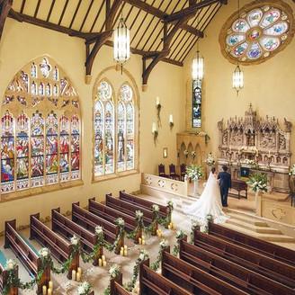 【セント・ラファエル礼拝堂】誓い合うおふたりの姿は映画のワンシーンのように美しく印象的。
