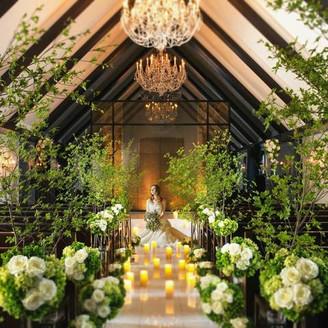祭壇には水が流れ、温かい日差しが差し込むナチュラルなチャペルで幻想的な結婚式を叶えて
