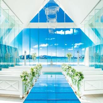 ガラスのバージンロードと祭壇から広がる海が印象的なチャペル