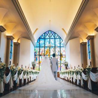 東北最大級のステンドグラスとバージンロードに広がるウェディングドレス。